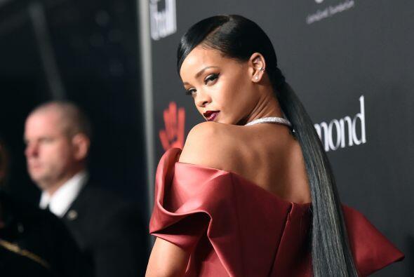 Qué mala suerte la de Rihanna que inauguró con este espectacular vestido...