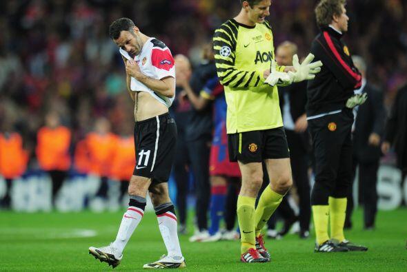 El portero Van der Sar se despidió del fútbol con una derr...
