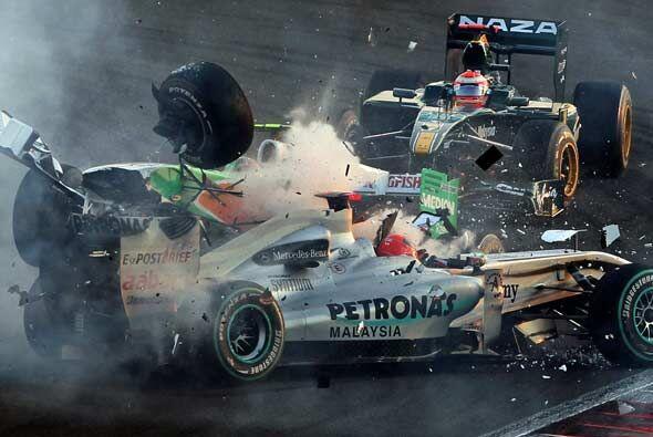 El choque con Vitantonio Luzzi de Force India dejó a los dos autos total...