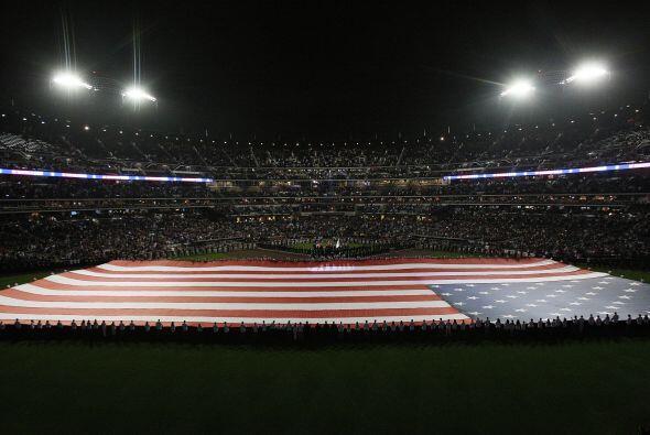 Una bandera gigante cubrió el campo en el Citi Field.