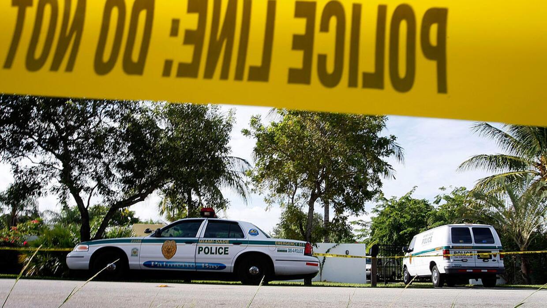 Patrullas de la Policía de Miami en la escena de un crimen ocurri...