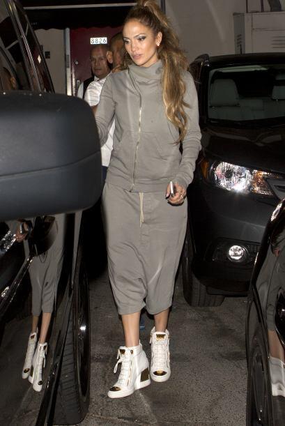 Sabemos que es fanática de la moda urbana, pero ¿lucir unos pantalones c...