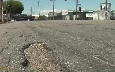 Residentes de Compton se quejan por la cantidad de baches que hay en las...