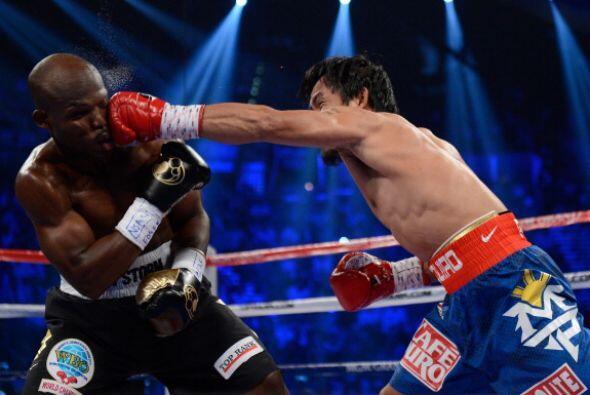 Primer golpe de la pelea. Manny Pacquiao salió lanzando el recto, bien d...