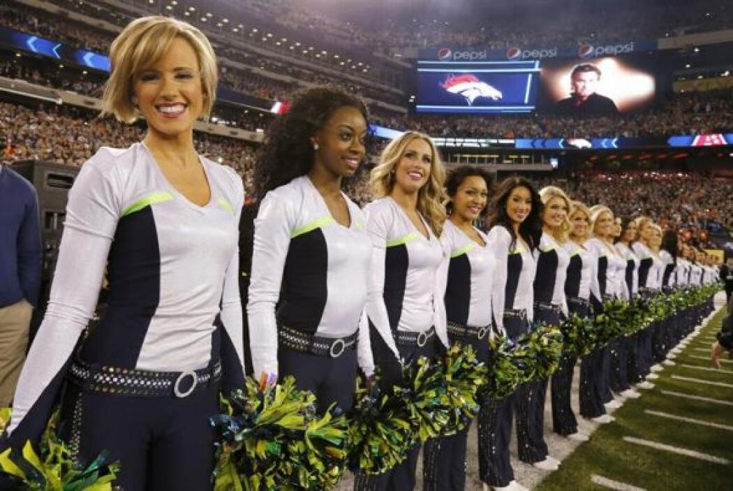 En esta foto, las porristas de Seattle Seahawks en el campo antes de la...
