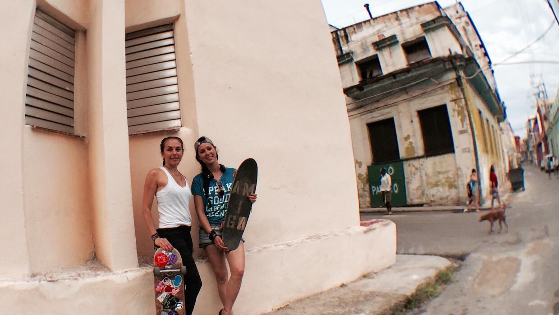 Anna Robbins (derecha) y Ariadna (izquierda) en las calles de La Habana....