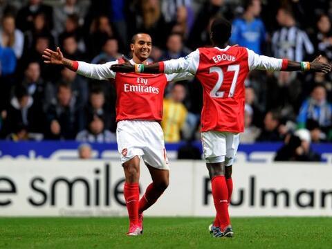 Arsenal y West Ham avanzaron en la cuarta ronda de la Carling Cup.
