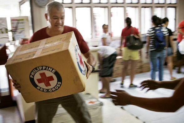 La ayuda internacional está llegando a Filipinas, para apoyar a los mile...