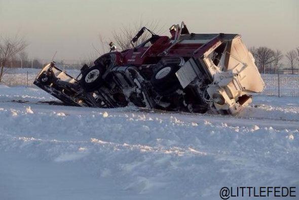 Aquí la imagen de un camión volcado enviada por el usuario @LITTLEFEDE e...
