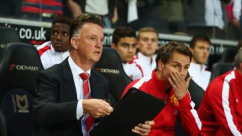 Louis Van Gaal observa desde el banco el descalabro del Manchester Unite...