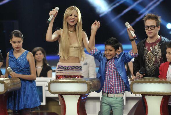 Por supuesto que Eiza también le ayudó muchísimo al pequeño cantante.