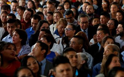 En video: Más de 3,000 parejas intentan romper un récord Guinness en una...