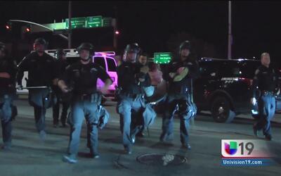 Manifestantes protestan en contra del abuso policial en Stockton