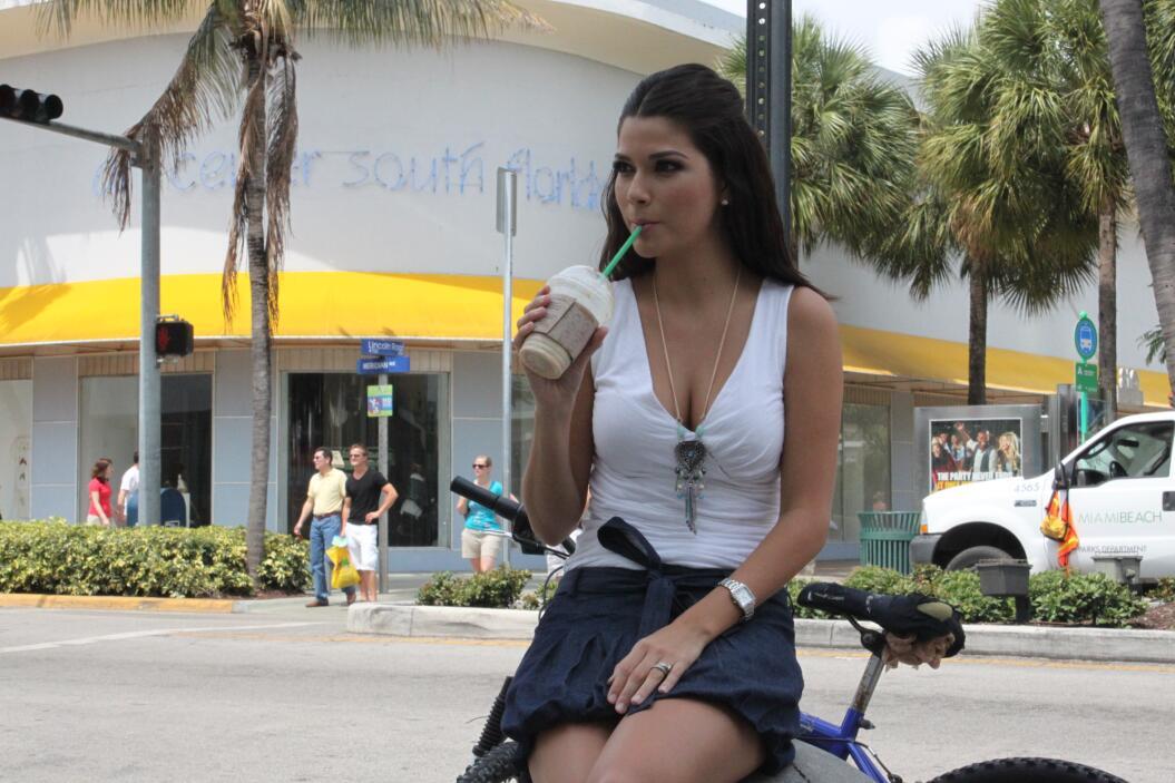 Anita dándose un respiro durante una grabación en el 2011.