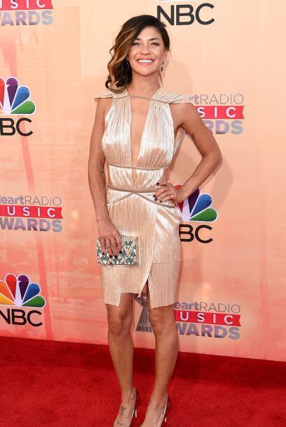 La actriz Jessica Szohr llegó con un vestido dorado y muy ligerit...