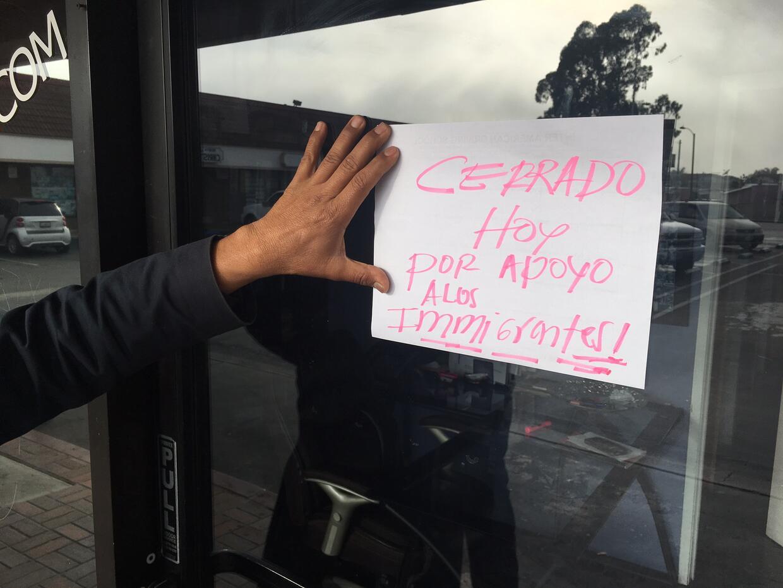 El dueño de una escuela de manejo en Cudahy coloca un cartel avis...
