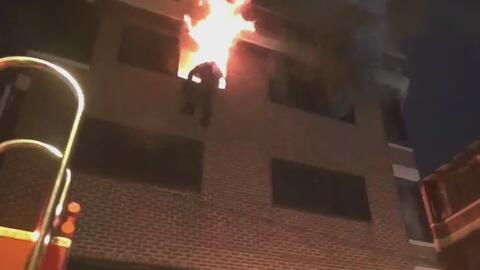 Bombero arriesga su vida para salvar a cinco personas de las llamas en C...