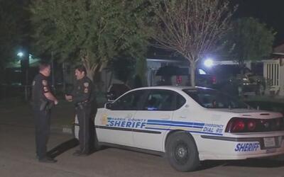 Autoridades buscan al hombre que le disparó a su esposa en la cabeza en...