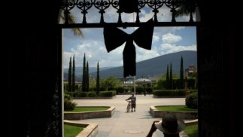 Un moño negro cuelga de la presidencia municipal de Zacoalco de Torres,...