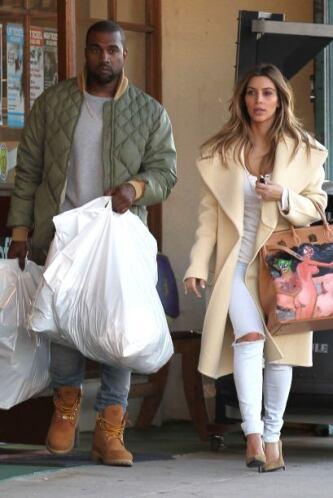 Encontramos a Kim Kardashian y Kanye West haciendo unas compras. Mira aq...