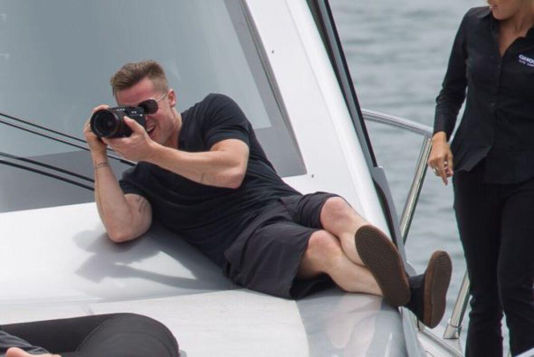 Y Brad aprovechó para sacar su cámara y guardar imágenes para la posteri...