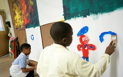 Niños pintando en una guardería en Washington DC.