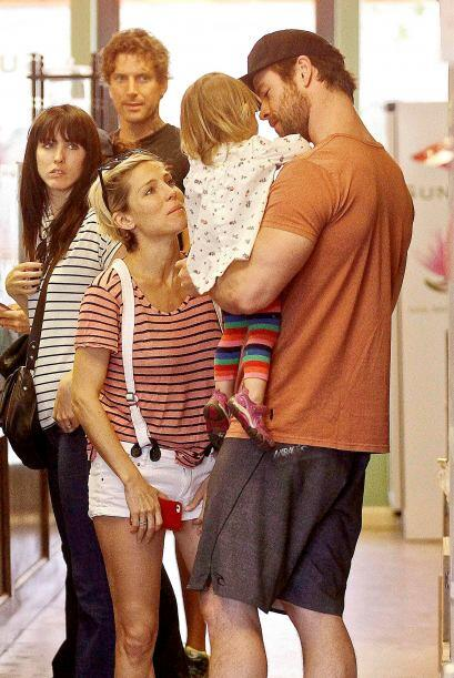 Elsa Pataky y Chris Hemsworth salieron de compras juntos.   Mira aqu&iac...