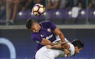 Carlos Salcido disputa un balón con Carlos Bacca en el duelo entr...