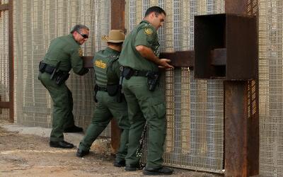 Agentes fronterizos abren por unas horas la valla que separa San Diego y...