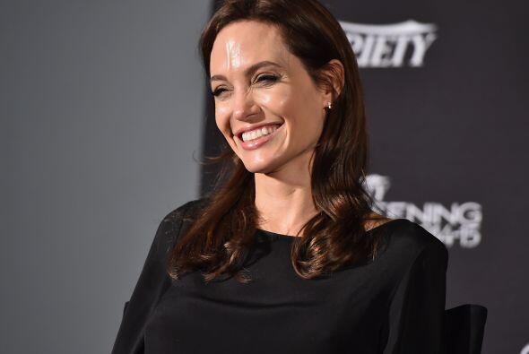 En el video, se ve a Angelina usando una camiseta blanca con puntitos ro...