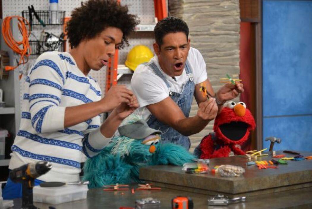 Elmo, Rosita y Mando disfrutaron mientras construían aviones con Johnny...