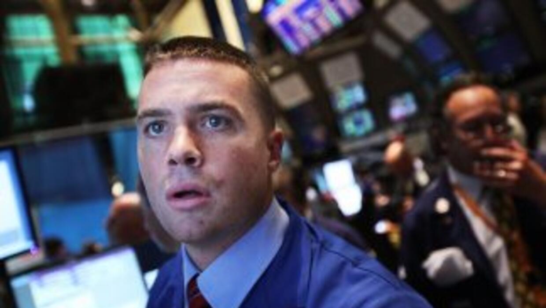 El índice industrial Dow Jones inició la jornada con un avance de 107.77...