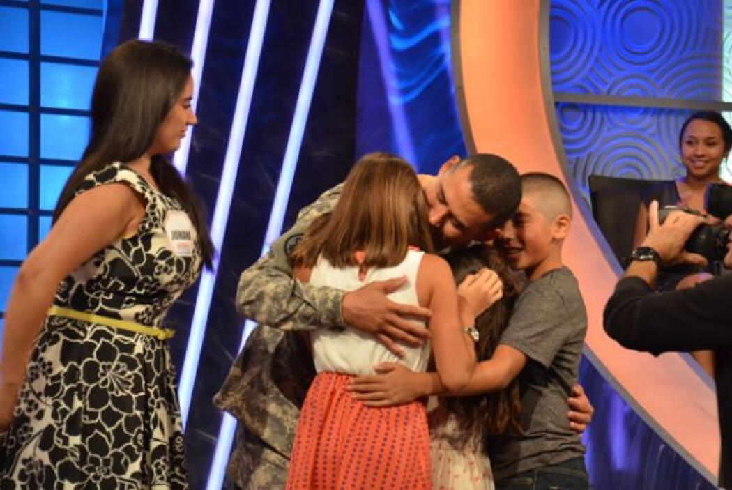 En una escena conmovedora, los tres hijos también aparecieron para abraz...