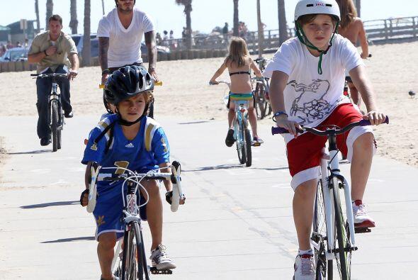 Y para un paseo en bicicleta por la playa, nada como un atuendo deportiv...