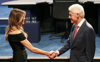 Melania Trump saluda a Bill Clinton.