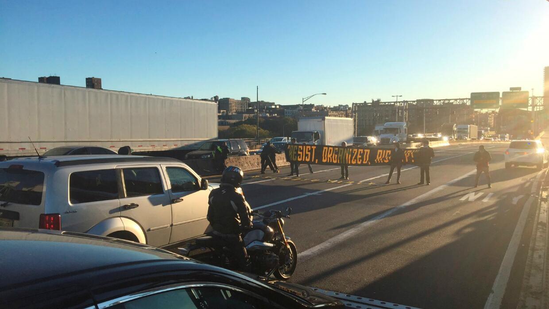 Bloquean puente en Nueva York para protestar por los derechos de los inm...