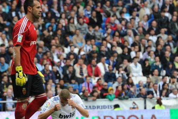 Benzema seguía buscando el descuento pero no se le daba.