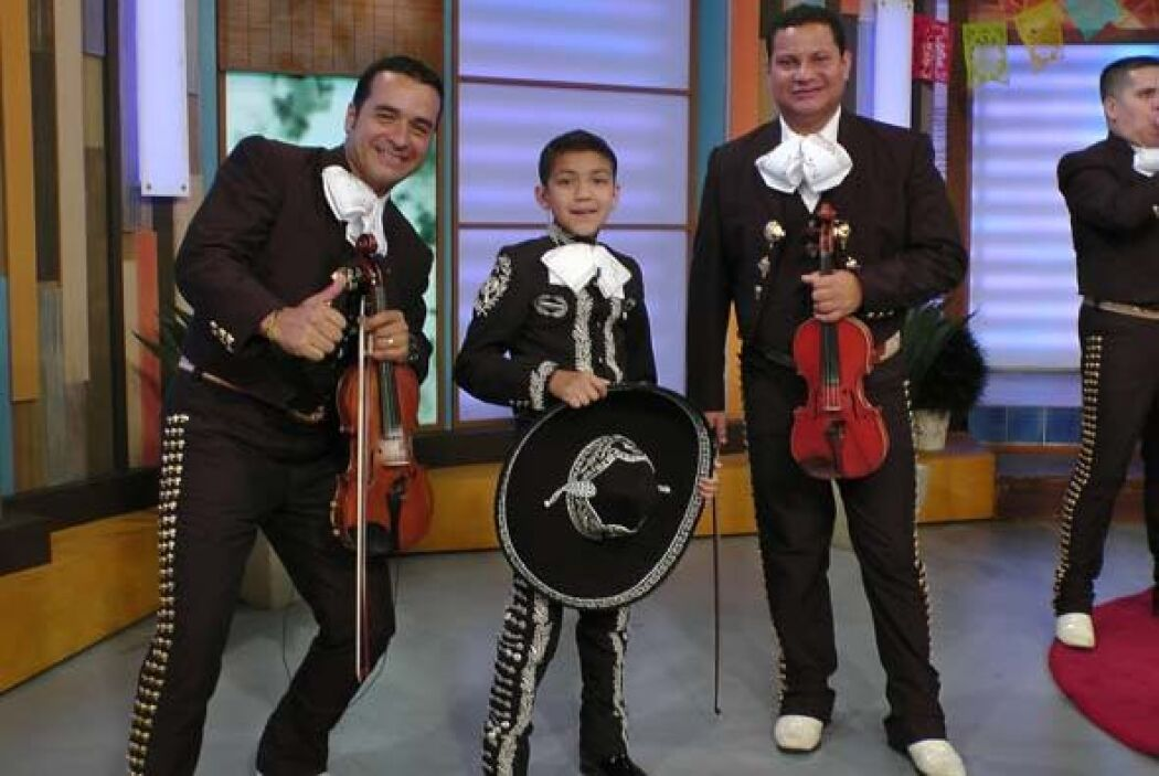 El mariachi no podía faltar para acompañar a este talentoso chiquillo.