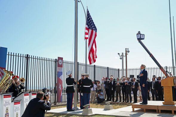 El secretario Kerry inauguró oficialmente la sede diplomática con el iza...