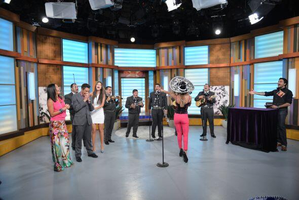 No sólo cantó sino bailó también al ritmo del mariachi.