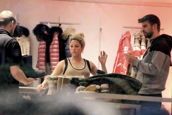 Esta vez los paparazzi la captaron de compras junto a Gerard y Milan.