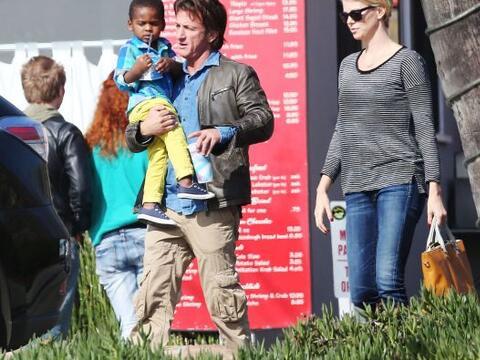 El romance de Sean Penn y Charlize Theron va 'viento en popa'. Má...