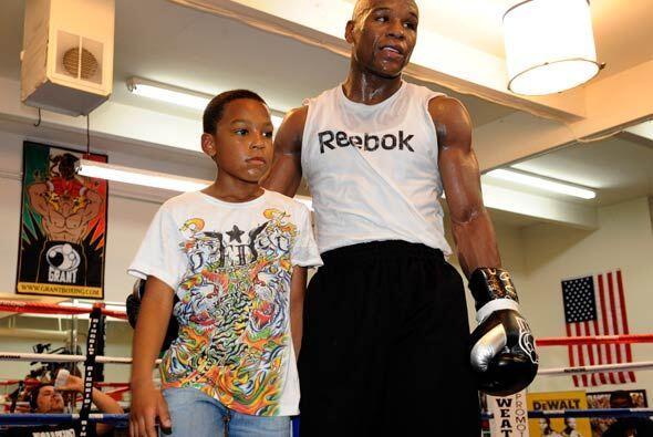 Floyd estuvo acompañado de su hijo Zion, quien espera ser campe&o...