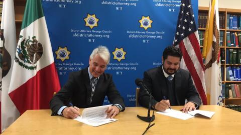 El fiscal de San Francisco, George Gascón, y el cónsul gen...