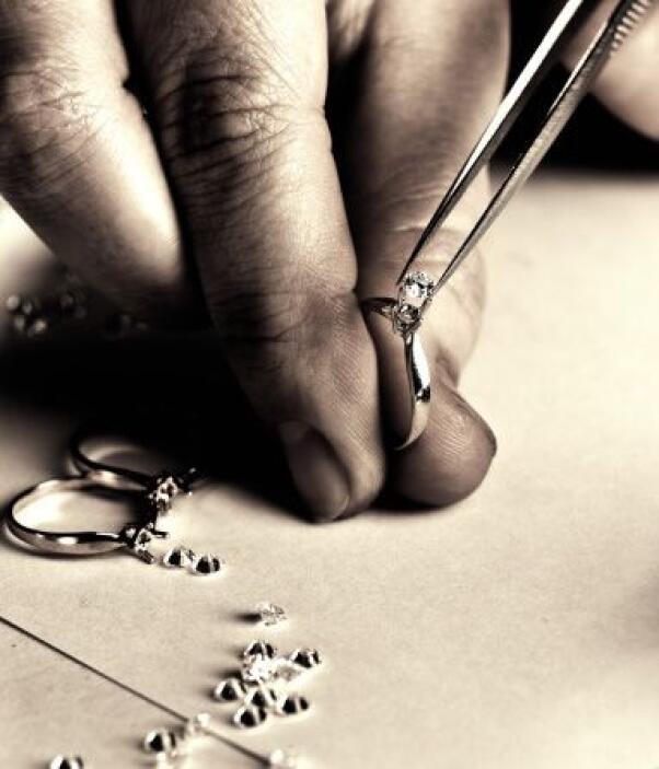 JOYEROS. Quienes se dedican a la reparación de joyas generalmente han ap...