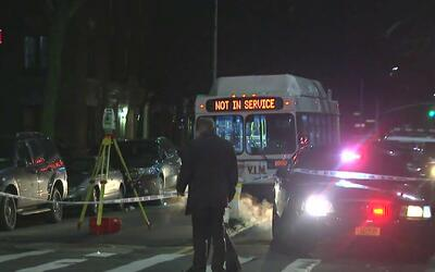 Mujer muere atropellada por camión que se dio a la fuga en Brooklyn
