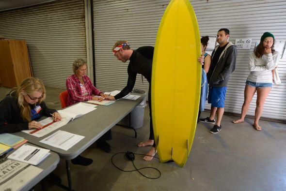 Ancianos, surfistas, trajabadores electorales, personal de seguridad, am...