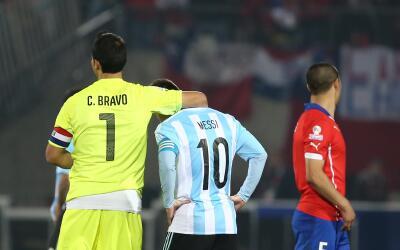 Claudio Bravo y Messi durante la pasada Copa América