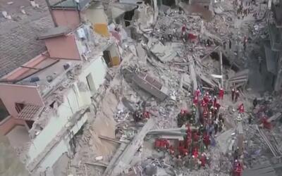 Rescatan a niña sepultada 17 horas tras sismo en Italia