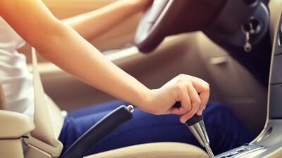 Mujer manejando - conduciendo